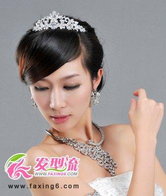 简洁干净的盘发将新娘衬托得高贵简约图片
