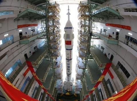 6月9日,执行我国首次载人交会对接任务的神舟九号飞船、长征二F遥九火箭组合体已从酒泉卫星发射中心载人航天发射场技术区垂直转运至发射区。这标志着天宫一号与神舟九号载人交会对接任务已进入最后准备阶段。根据计划,神舟九号飞船将于6月中旬择机发射。