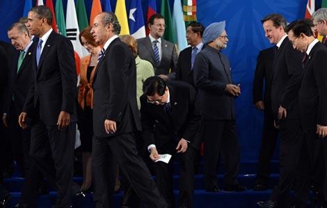 G20峰会领导人合影 胡锦涛弯身拾起国旗