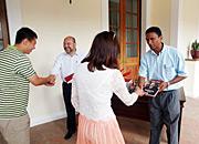 塞舌尔总统签书赠新人
