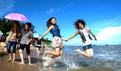 广西钦州:三娘湾浪潮引客来