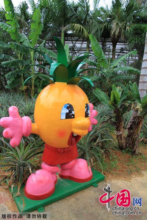 园中摆设了很多造型可爱的菠萝娃娃.中国网图片库 建平摄影