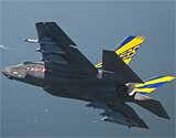 美国海军型F-35BC战机进行武器挂载试飞