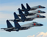 空军歼11重型战机编队在高原雪山上空飞行