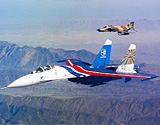 俄苏-27战机与美F-14/4罕见编队飞行照曝光