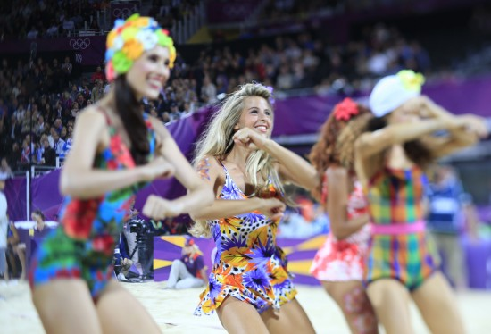 伦敦奥运会沙滩排球比赛场地,沙滩宝贝在比赛间隙为观众表演,宛