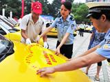 湖北:志愿者牵手平安行动 共建和谐交通[组图]