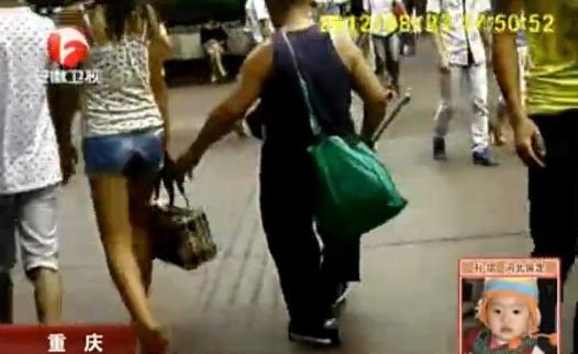 实拍盲人街头专门摸美女大腿