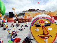 演员在拉萨布达拉宫广场表演藏戏。(图片来源:新华网)