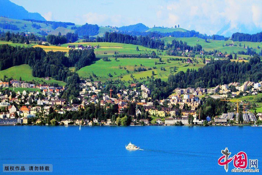 """苏黎世是瑞士的经济中心,同时也是3百多家银行所在的金融中心,享有""""欧洲百万富翁都市""""的称号。 苏黎世连续多年被评为世界上""""最宜居城市""""之一。中国网图片库 范根林摄影"""