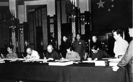 ... 全权代表在《关于和平解放西藏办法的协议》上签字
