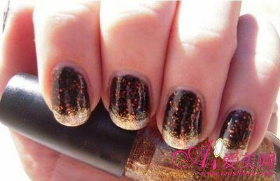 黑色指甲油与金色闪粉的搭配同样适合万圣节,神秘而高贵.-十月万