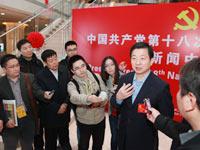 中国外文局局长周明伟看望十八大记者