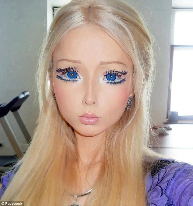 """真人芭比娃娃""""化粧過程首度曝光 驚悚模樣令人"""