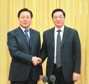 刘奇葆同志与王东明同志亲切握手。 四川日报记者 欧阳杰毛漫丁摄