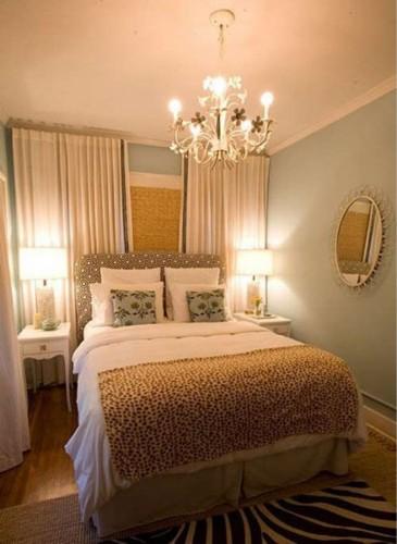 小卧室中娴熟的玩起了纹理游戏,床头板的波点,床上盖毯的豹纹,地板上