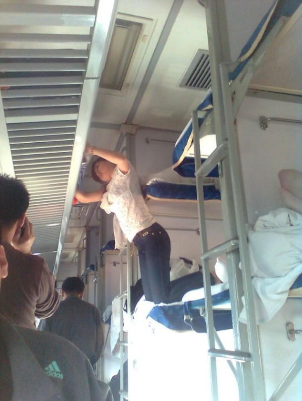 火车上的诱人睡姿