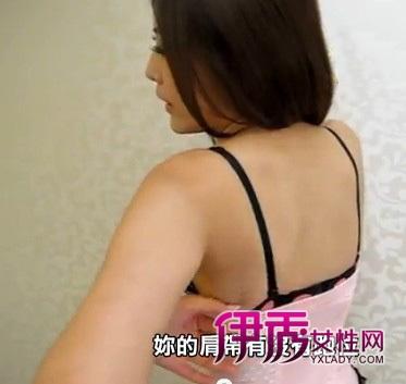 美女示范怎么正确穿内衣