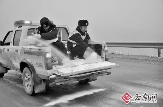 渝昆高速:凌子口路段路面冰厚5厘米