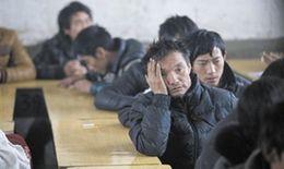 昨日,死者家屬在學校聽官方講述事故後的安置和處理事宜。新京報記者 周崗峰 攝