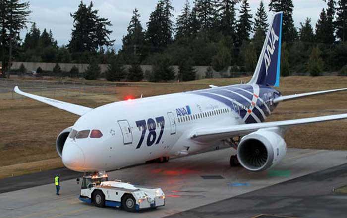 波音787飞机  北京时间1月17日晚间消息,波兰航空公司(LOT)周四表示,在其拥有的两架787梦想飞机因安全隐忧而被迫停飞后,可能向波音公司[微博](BA)进行索赔。 波兰航空表示,在美国和欧盟飞行安全监管机构下令所有787飞机停飞以接受安全检查后,这两架飞机被迫停在了芝加哥和华沙的机场上。该公司正在计算由此造成的损失,并将在适当时候向波音投诉。波兰航空副总裁Tomasz Balcerzak强调,这些问题不是航空公司的错误造成的。 波兰航空是欧洲唯一拥有787梦想飞机的航空公司。 &#1