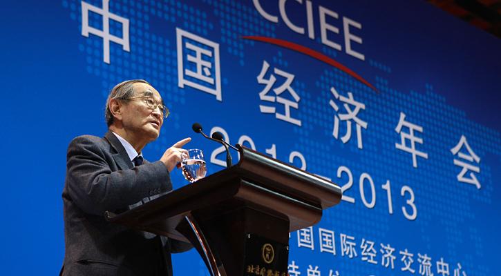 北京大学教授、光华管理学院名誉院长厉以宁发表演讲。