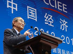 北京大学教授、光华管理学院名誉院长厉以宁发表演讲