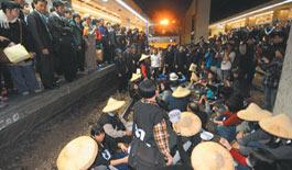 台湾工人卧轨抗议 车站大乱上万旅客受影响(图)