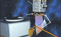 带手臂的机器人飞行器回收卫星的概念图。
