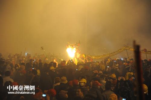 台南盐蜂炮首次加盟宾阳炮龙节 狂欢夜场面震撼