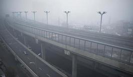3月6日17點30分左右,本就不太晴朗的新疆首府烏魯木齊突起大霧,城市樓宇很快隱沒在濃霧之中。劉新 攝
