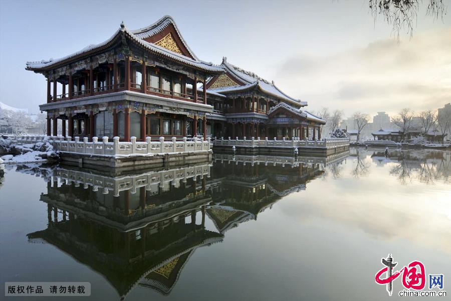2013年春分,凌晨的一场大雪,让北京银装素裹。清晨的龙潭湖公园,更是景色怡人,一片梦幻景像。中国网图片库 林劲松摄
