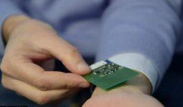 通过无线方式为这个植入器提供动能,从而使该植入器通过蓝牙向手机发送身体监控信息
