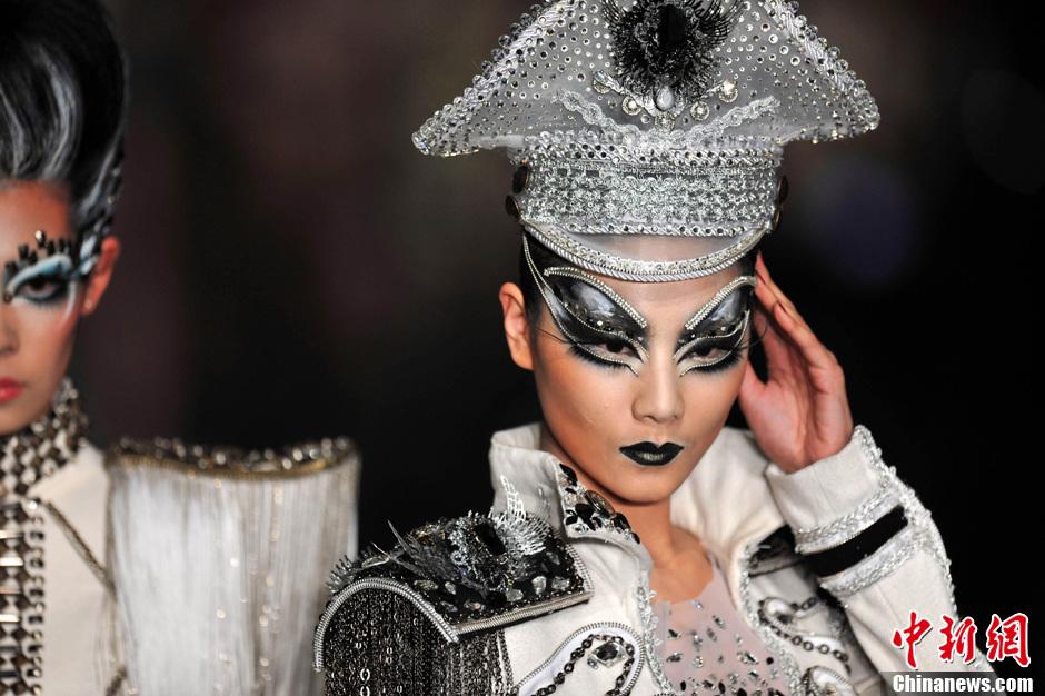 图为发布会上绚丽夺目的眼妆造型。中新网记者金硕 摄