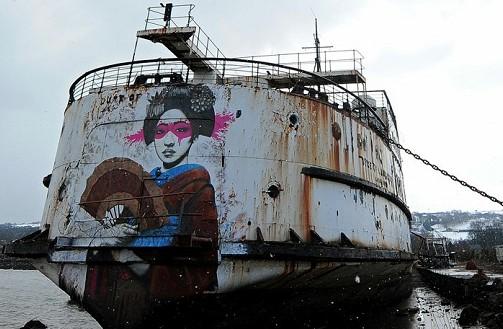 英国废弃轮船变身涂鸦画廊 视频截图