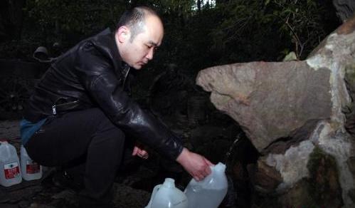 杭州市民60年虎跑泉取水記:水質保證味道甘甜