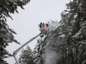 高清:长白山消防为美人松'梳妆'风雪