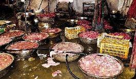 黑窝点污脏的地面摆放着大量待生产的肉串原料