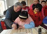 淄川退休教师家中办起'书法课堂'