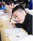 刘健:大一新生先天残疾用脚写字 足写人生精彩