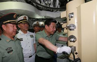 习近平视察海军驻三亚部队登新型潜艇