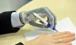 新款仿生手臂可由智能手机控制 能打写系鞋带