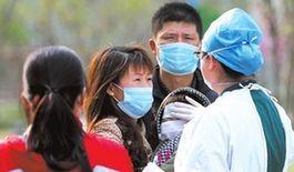 昨天,在北京地坛医院,护士用手抚摸一名儿童的前额。京华时报记者王海欣摄