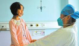 快要出院了,医护人员为圆圆挑了套新衣服。