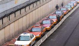 """出租司机们都认为在机场能拉到""""大活儿"""",很多人不惜排几个小时队等候。京华时报记者徐晓帆摄"""