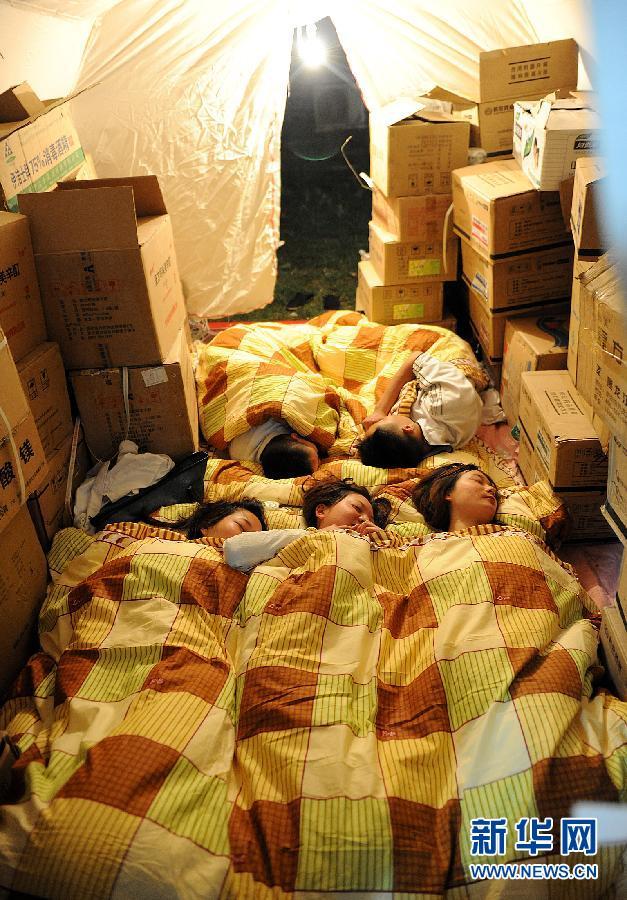 中国 红十字会/4月21日,中国红十字会医务工作者在帐篷内休息。