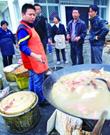 災區志願者:肉是留給救援官兵的 災民吃速食麵