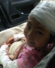 雅安不哭 四川雅安7級地震受傷女孩堅強微笑