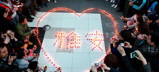 鄭州二七廣場燭光閃耀 數萬市民祈福雅安