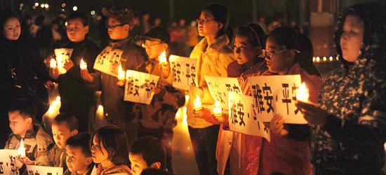 大慶時代廣場聚集數千油城群眾,點燃蠟燭為雅安災區人民祈福平安
